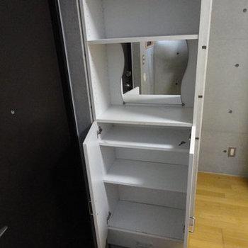 大きめの靴箱※写真は1階の同間取り別部屋のものです