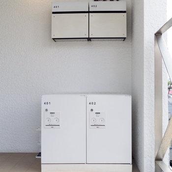 ポストの他、専用の宅配ボックスが設置されています。