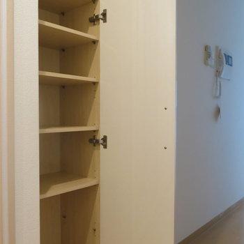 廊下には収納が1つ。シューズボックス代わりにするのがいいかな。 (※写真は8階同間取り別部屋のものです)