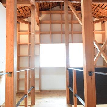 天井まである作り付けの棚がいいですね
