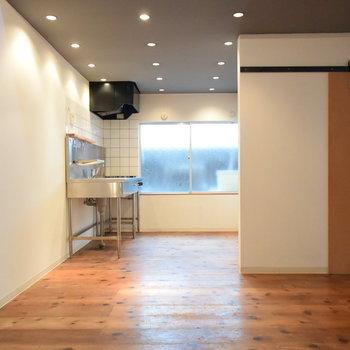1階のキッチンとリビングスペース