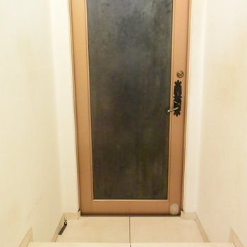 すっきりとした玄関は、段差が大きいので注意です!