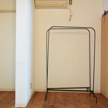 この変な位置にある壁をどう生かすかが、この空間を上手に使うカギですね