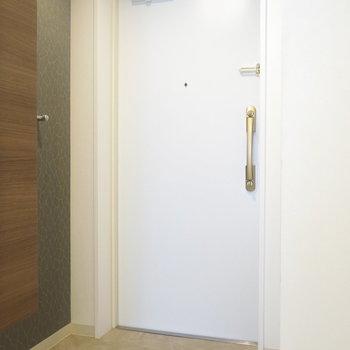 玄関はわりとコンパクト! (※写真は3階同間取り別部屋のものです)