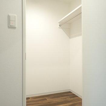 ウォークインクローゼットは1.5帖くらいありそう。(※写真は8階同間取り別部屋のものです)