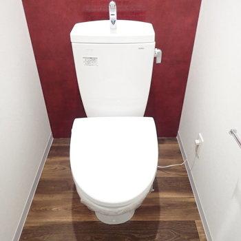 トイレにも赤。綺麗です(※写真は8階同間取り別部屋のものです)
