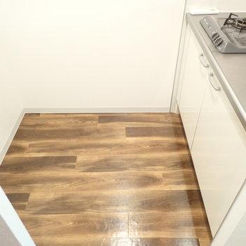 冷蔵庫はキッチンの向かいに(※写真は8階同間取り別部屋のものです)