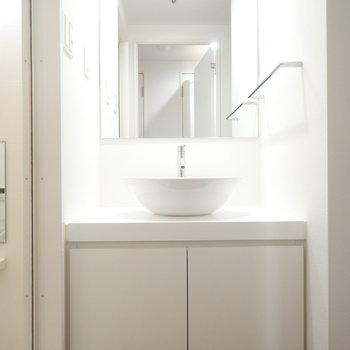 洗面ボウルがまぁるくてかわいい(※写真は8階同間取り別部屋のものです)