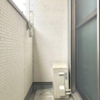 ベランダの塀は高さがありますよ。(※写真は1階の反転間取り別部屋のものです)