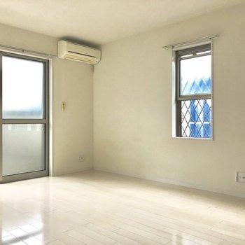 日当たりは期待できないけど、窓が多い分明るさは確保できます◯(※写真は1階の反転間取り別部屋のものです)