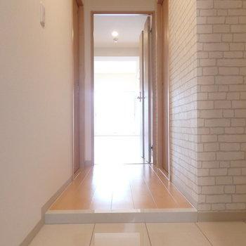 玄関から明るい印象! (※写真は5階同間取り別部屋のものです)