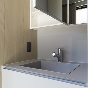 灰色を基調としたシックな洗面台。