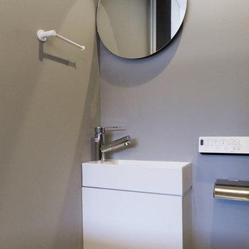 トイレにも円鏡が。