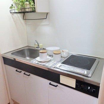 キッチンはコンパクトなIH。(※写真は3階の同間取り別部屋、モデルルームのものです)
