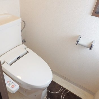 トイレはウォシュレット。(※写真は3階の同間取り別部屋、モデルルームのものです)