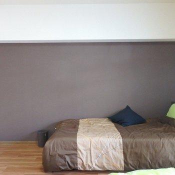 落ち着いたブラウンのアクセントクロスが大人っぽい。(※写真は3階の同間取り別部屋、モデルルームのものです)