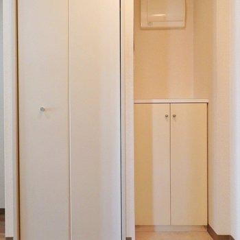 玄関横には収納が2つ。(※写真は3階の同間取り別部屋、モデルルームのものです)