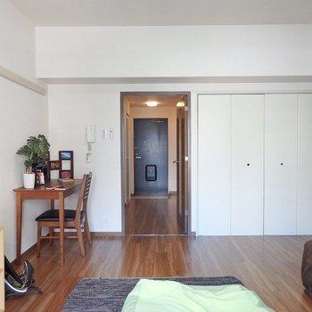 デスクやベッドを置いてもまだまだ余裕があります。(※写真は3階の同間取り別部屋、モデルルームのものです)