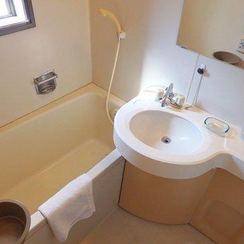 お風呂場には小窓がついていて爽やか。(※写真は3階の同間取り別部屋、モデルルームのものです)
