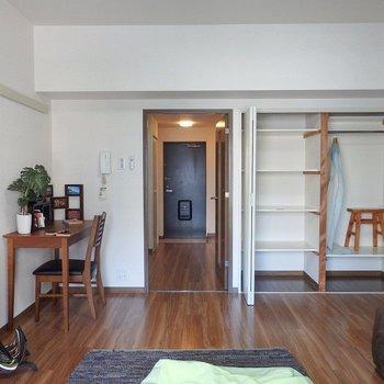 収納は右側。棚で隔ててあるのが使いやすい!(※写真は3階の同間取り別部屋、モデルルームのものです)