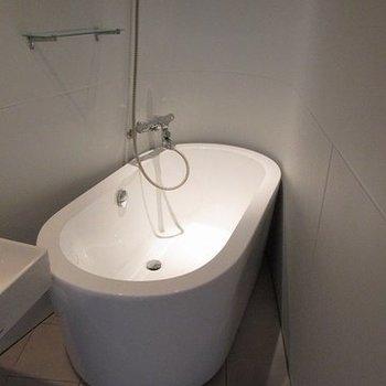 浴室が丸い。なんかかわいいですね※写真は別部屋。今回は猫足のバスタブです