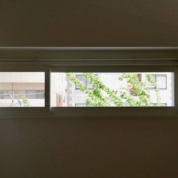 リビングダイニングに、小窓がついてるんです。なんだか切り取った絵みたい、、、♪