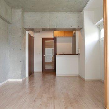 キッチン側にリンビングテーブルを置いて、障子を境に窓側は寝室として活用できそう◎