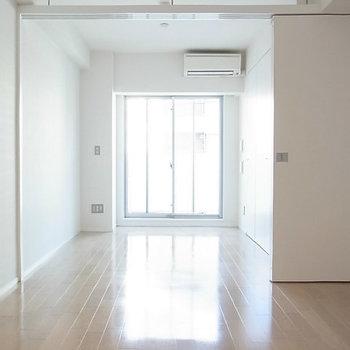 広くすっきりとした居室※写真は11階の反転間取り別部屋のものです