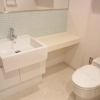 洗面台も色がかわいい※写真は11階の反転間取り別部屋のものです