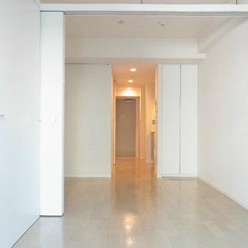 奥行き感あるお部屋ですよ※写真は11階の反転間取り別部屋のものです
