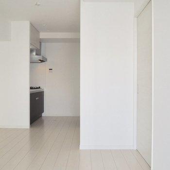 【LDK】奥行きのあるLDK※写真は5階の同間取り別部屋のものです