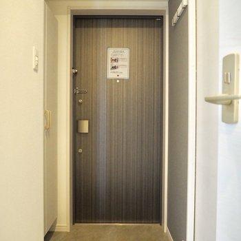玄関ドアの色が良い※写真は5階の同間取り別部屋のものです