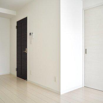 【LDK】2つドアの色が違うのもいいな※写真は5階の同間取り別部屋のものです