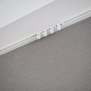 洋室のフックには好きなものを掛けて※写真は5階の同間取り別部屋のものです