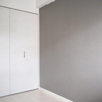 【洋室】グレーのアクセントクロスが素敵※写真は5階の同間取り別部屋のものです