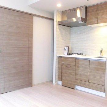 【LDK】扉とキッチンの統一感♪この雰囲気すきです。※写真は12階の同間取り別部屋のものです