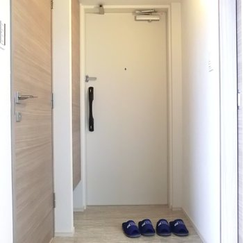 玄関は広々です。土足エリアとの境のないデザイン。※写真は12階の同間取り別部屋のものです
