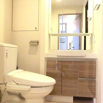 洗面台・トイレは併設。トイレ上の棚が嬉しい。※写真は12階の同間取り別部屋のものです