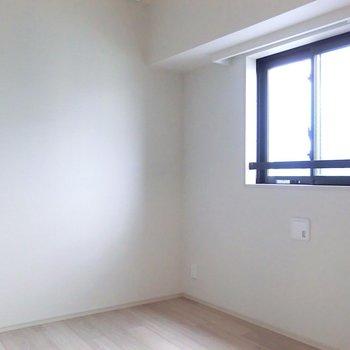 【洋室】こちらが寝室。※写真は12階の同間取り別部屋のものです