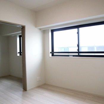 【LDK】二部屋こんな風につながってます。引き戸で仕切る事も可能です。※写真は12階の同間取り別部屋のものです