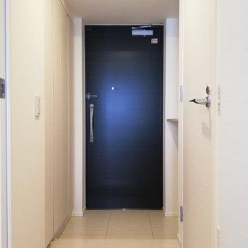 玄関までナチュラルテイスト。右の扉が・・・※写真は6階の同間取り別部屋のものです