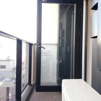 ベランダは扉タイプで仕切れます※写真は6階の同間取り別部屋のものです