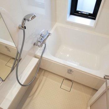 お風呂は窓付きだ〜自然光が入るサニタリーっていいよね※写真は6階の同間取り別部屋のものです