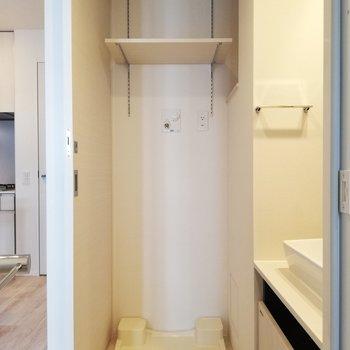 上にも横にも棚があって、洗剤も整理整頓できます※写真は6階の同間取り別部屋のものです