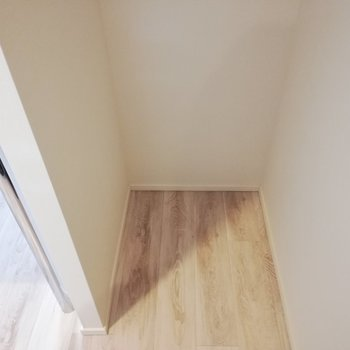 キッチンの後ろに冷蔵庫スペース※写真は6階の同間取り別部屋のものです