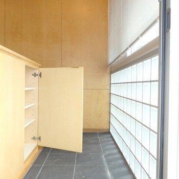 玄関にはシューズBOXあります※写真は3階の同間取り別部屋のものです