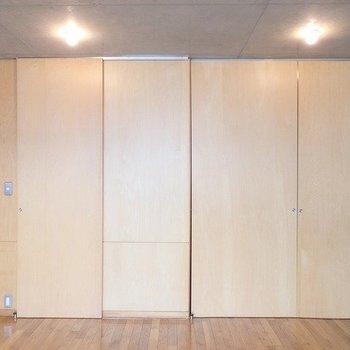 洋室こんな感じで仕切れます※写真は3階の同間取り別部屋のものです