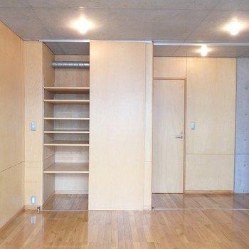 洋室の収納はたくさんの仕切りが。※写真は3階の同間取り別部屋のものです