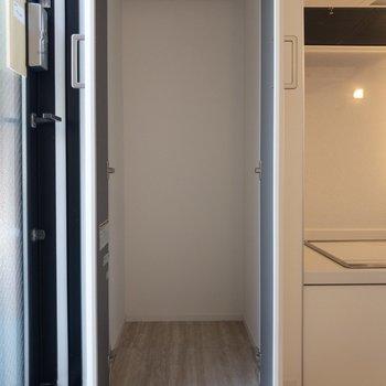 収納スペースは玄関横に。ここにはアウターをかけようかな。