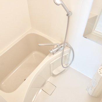 お風呂は浴室乾燥機付き。上部には物干し竿も付いています。